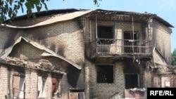 Разрушенный дом Курманбека Бакиева в селе Тейит