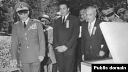 علینقی عالیخانی، وزیر اقتصاد (نفر وسط) در کنار محمدرضا شاه پهلوی.
