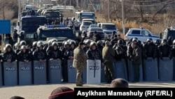 Полицейский спецназ, перекрывший дорогу между сёлами Каракемер и Масанчи. 8 февраля 2020 года.