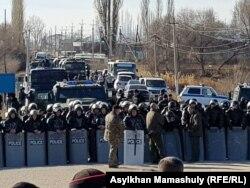 Жители напротив сотрудников спецназа, заблокировавших дорогу между сёлами Масанчи и Каракемер. Жамбылская область, 8 февраля 2020 года.