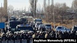 Сотрудники полицейского спецназа, перекрывшие движение по автодороге между сёлами Масанчи и Каракемер. 8 февраля 2020 года.