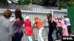 Жителі Алупки руйнують паркани на пляжах містечка, червень 2009р