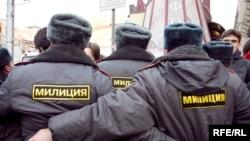 Сотрудники милиции во время разгона акции за свободу собраний на Триумфальной площади в Москве.