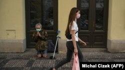 Жінка крокує вулиця Праги під час карантину, 19 квітня 2020 року