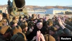 Ким Чен Ын в окружении солдат