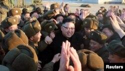 کیم جونگاون در میان نظامیان کره شمالی