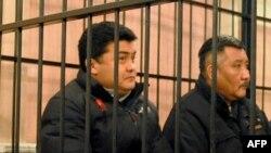 Мамлекеттик күзөт кызматынын башчысынын мурдагы биринчи орун басары Нурлан Темирбаев (оңдо) сот залында. 18-март, 2011-жыл.