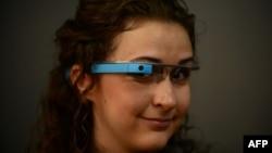 Девушка в очках Google Glass. Лос-Анджелес, 27 августа 2013 года.