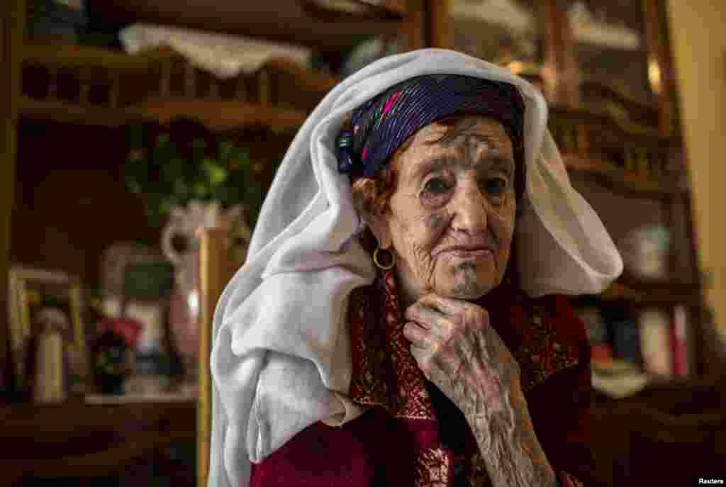 """Фатиме Бадредин 94 года. Cвои татуировки она сделала в 13. """"Мне пришлось вытерпеть страшную боль, чтобы просто казаться более красивой. Недавно я хотела свести татуировки, но из-за моего возроста доктора за это не берутся"""", - рассказывает Фатима"""