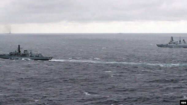 Britaniyanın Richmond (solda) və Duncan döyüş gəmiləri Rusiya armadasını izləyirlər