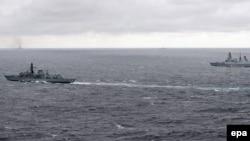 Două nave britanice (în prim plan), monitorizând alte două vase militare rusești în Marea Nordului, 20 octombrie 2016