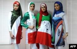 """Иранские девушки из тегеранского агенства """"Фиолетовые модели"""" на акции в поддержку национальной сборной по футболу. 2014 год"""