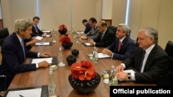 Госсекретарь США Джон Керри на встрече с президентом АрменииСержем Саргсяном. Варшава, 8 июля 2016 года.