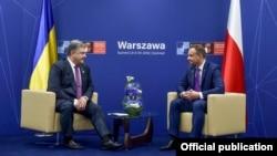 Президент України Петро Порошенко (ліворуч) та президент Польщі Анджей Дуда. Варшава, 9 липня 2016 року