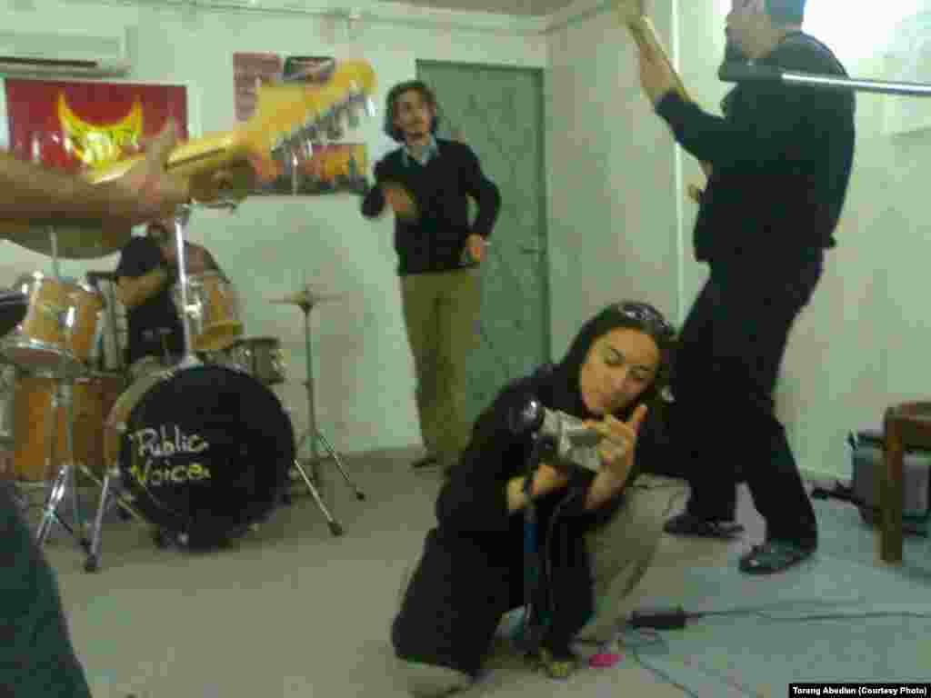 محسن نامجو و ترنگ عابدیان در استودیوی گروه «آوای مردمی» در کرج