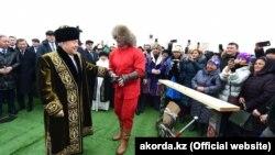 Казак президенти Нурсултан Назарбаевдин Самарканддагы Ноорузга арналган иш-чарада, 21-март 2018-жыл.