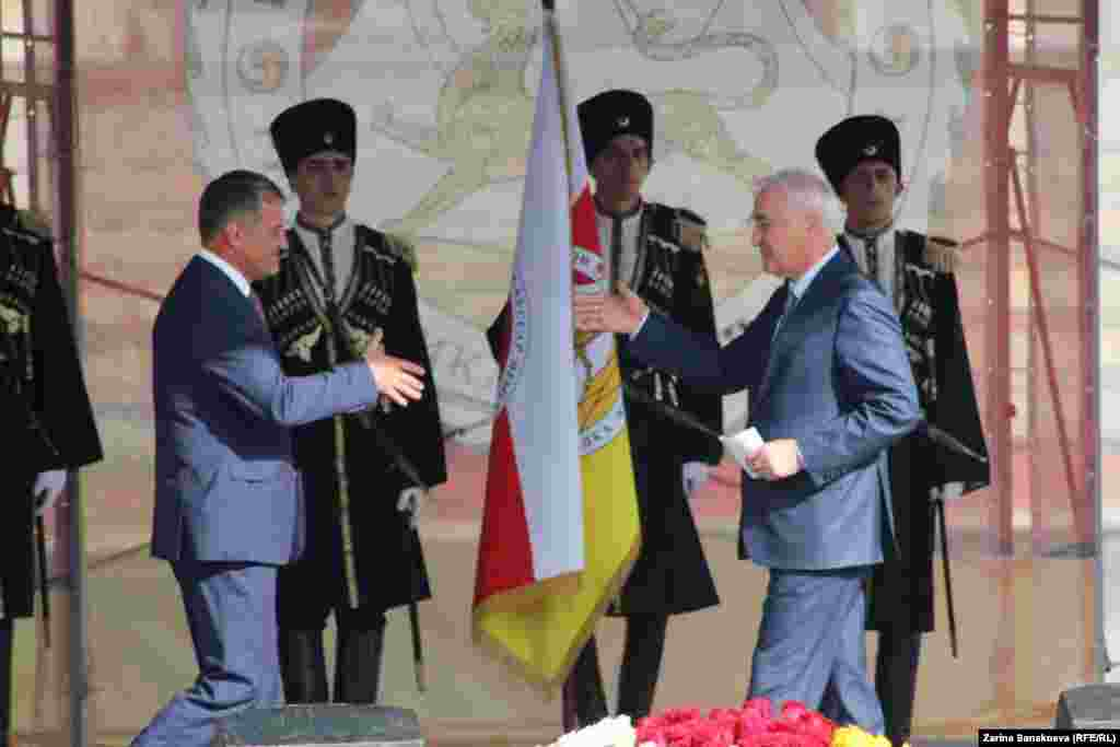 Экс-президент Леонид Тибилов поздравляет Анатолия Бибилова