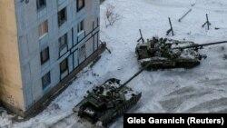 Авдеевка қаласының көшелерінде жүрген украин армиясының танктері. 1 ақпан 2017 жыл.