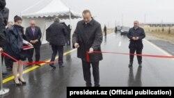 İlham Əliyev Qobustan rayonunun əsaslı təmir edilən Təklə-Sündü-Xilmilli avtomobil yolunun açılışında. 02okt2017