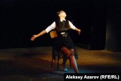 Участница конкурса чтецов исполняет отрывок из произведения Антона Чехова. Алматы, 7 ноября 2014 года.