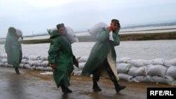 Armata luptând cu inundaţiile de la Nemţeni, iulie 2010