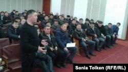 Рабочие предприятия «Юго-Восточная сервисная группа» (ЮВСГ) собрались в областном совете профсоюзов. Актау, 12 февраля 2015 года.