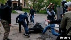 Ուկրաինա - Ռուսամետ անջատողականները հարձակվում են Ուկրաինայի միասնությանը նվիրված ցույցի մասնակցի վրա, Դոնեցկ, 28-ը ապրիլի, 2014թ․