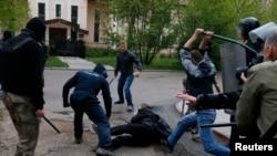 Пророссийские сепаратисты атакуют участника марша за единство с Украиной. Донецк, 28 апреля 2014 года.