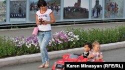 Жизнь в столице Нагорного Карабаха - Степанакерте (архив)