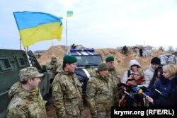 Українські прикордонники на адмінкордоні з окупованим Кримом, грудень 2014 року