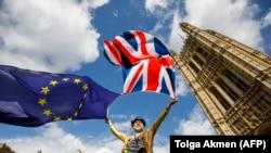 Противник выхода Великобритании из ЕС проводит протест перед парламентом в первый день рассмотрения проекта о Брекзите. Лондон, 11 сентября 2017 года.