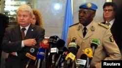 Ерве Ладсус (л) і новий керівник Місії спостерігачів ООН у Сирії, генерал із Сенегалу Бабакар Ґай (п), який замінює норвезького генерала Роберта Муда, на прес-конференції в Дамаску 25 липня 2012 року