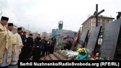 """Молитва пред споменикот на """"Небесните стотина"""" во Киев"""