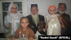 90 жаштагы Каюмшо Халимов үй-бүлөсү менен