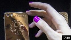 Еще неизвестно, благославляла ли ранее РПЦ позолоченные айфоны с портретом Путина.