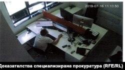 """Стопкадър от записите на камерите в офиса на """"ТАД Груп"""""""