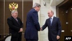 """Джон Керри пожимает руку Владимиру Путину в резиденции """"Бочаров ручей"""""""