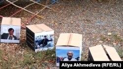 Картонные коробки в виде тюремных камер с фотографиями заключенных правозащитника Евгения Жовтиса, журналиста Рамазана Есергепова и поэта Арона Атабека. Акция активистов оппозиции. Талдыкорган, 19 октября 2010 года.