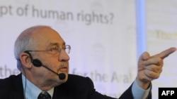 Economist Joseph Stiglitz speaking at the Forum 2000 Conference in Prague