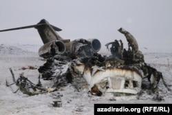 Scheletul ars al unui U.S. Bombardier prăbușit în provincia afgană Ghazni pe 27 ianuarie. Aeronava Forțelor Aeriene Americane s-a prăbușit pe un teren plat la sud de Kabul ucigând cele două persoane aflate la bord. (Habib Taseer, RFE/RL)