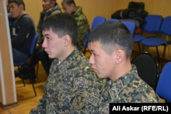 Солдаты срочной службы сидят в зале суда по делу двух офицеров. Актобе, 21 декабря 2016 года.