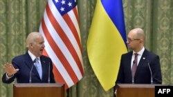Прем'єр-міністр України Арсеній Яценюк (праворуч) і віце-президент США Джозеф Байден. Київ (архівне фото)