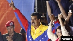 Кандидат в президенты Николас Мадуро вместе с женой Силией Флорес празднуют победу на президентских выборах в Венесуэле. Каракас, 14 апреля 2013 года.