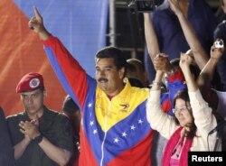 Николас Мадуро с женой Силией Флорес, бывшим генеральным прокурором Венесуэлы, сразу после оглашения результатов выборов