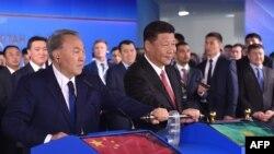 Қазақстан президенті Нұрсұлтан Назарбаев (сол жақта) пен Қытай президенті Си Цзиньпин Батыс Қытай мен Батыс Еуропаны жалғайтын жаңа жүк тасымалы бағытын ашу рәсімінде. Астана, 8 маусым 2017 жыл.