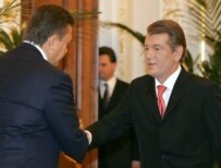 President Viktor Yushchenko (right) shakes hands with Viktor Yanukovych in Kyiv on August 3