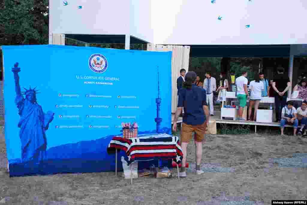 Поэтический фестиваль прошел при поддержке генерального консульстваСША в Алматы и Британского совета.