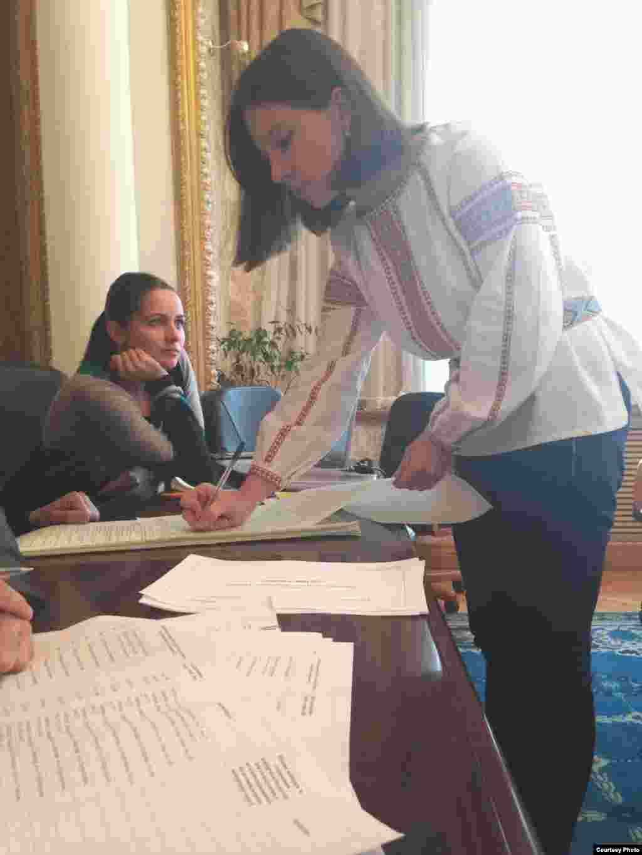 Молодая женщина в вышиванке, традиционной украинской рубашке. Голосование на избирательном участке в посольстве Украины в Астане. 26 октября 2014 года. Фото пресс-службы посольства Украины.