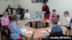 Айгөл Корбанова балалар белән җыр дәресе алып бара