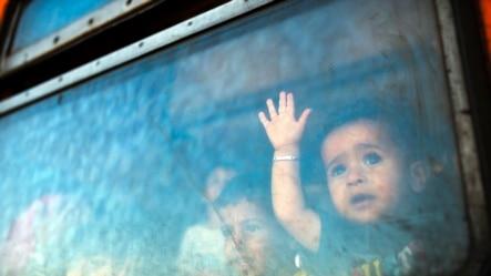 Makedoniya - Miqrant oğlan Serbiyaya gedən qatarın pəncərəsindən baxır. 28 avqust 2015